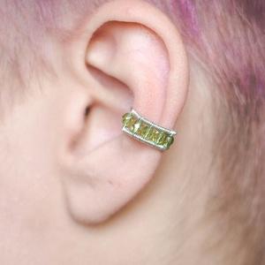 Zöld drótozott fülgyűrű, Ékszer, Fülbevaló, Piercing, testékszer, Ötvös, Ékszerkészítés, Zöld üvegkristályokból és ezüstözött drótból készült fülgyűrű. \n\nA fülgyűrűk viseléséhez nem szükség..., Meska