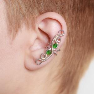 Smaragdzöld drótozott fülgyűrű, Ékszer, Fülbevaló, Piercing, testékszer, Ötvös, Ékszerkészítés, Zöld üvegkristályokból és ezüstözött drótból készült fülgyűrű. \n\nA fülgyűrűk viseléséhez nem szükség..., Meska