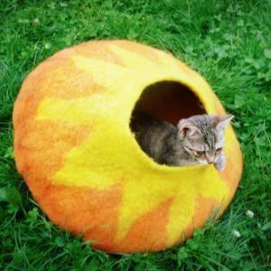 Macskabarlang, Otthon & lakás, Lakberendezés, Állatfelszerelések, Macska kellékek, Nemezelés, 50 cm az átmérője ennek a macskabarlangnak.\nGyapjúból, kézzel nemezeltem. 100% gyapjú.\nEz egy XL-es ..., Meska