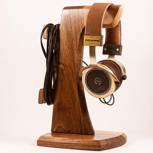 Fejhallgató tartó, Otthon & Lakás, Tárolás & Rendszerezés, Íróasztali tároló, Famegmunkálás, Diófából készült fejhallgató tartó. A kép minta. Rendelésre készül. Kb. 8 nap.\nMérete:15x17x29cm\n\n\n\n..., Meska