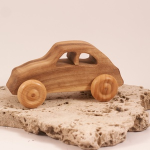 Játék fa autó, fakocsi, bogárhátú, Húzó & Tolójátékok, Játék & Gyerek, Famegmunkálás, Diófából készült kocsi. Paraffinolajjal kezelve.\nMérete:13x6x5,5cm, Meska
