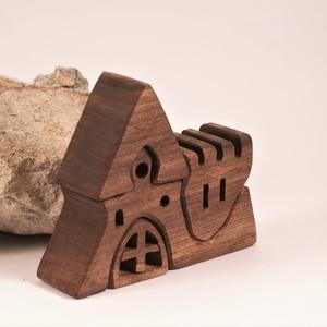 Fa vár, faház, fa építő, kirakó LEFOGLALVA!!!, Játék & Gyerek, Készségfejlesztő & Logikai játék, Famegmunkálás, Diófából készült, szétszedhető\ngyerekjáték, vagy  szobadísz.\nSzíntelen olajjal kezelve.\nMérete: mag...., Meska