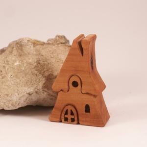 Fa házikó  faház, fa építő, kirakó , Játék & Gyerek, Baba & babaház, Babaház, Famegmunkálás, Körtefából készült, szétszedhető\ngyerekjáték, vagy  szobadísz.\nSzíntelen olajjal kezelve.\nMérete: ma..., Meska