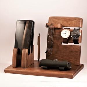 2 Mobil-, szemüveg-, óra-, toll tartó, asztali rendező, Otthon & Lakás, Tárolás & Rendszerezés, Íróasztali tároló, Famegmunkálás, Diófából készült tároló. 2 telefon, 2 karóra, szemüveg és toll, ceruza.  Készen van, azonnal tudjuk ..., Meska