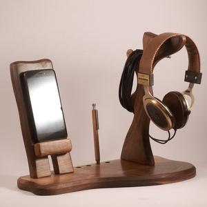 Fejhallgató, és mobiltelefon tartó, asztali rendező, Otthon & Lakás, Tárolás & Rendszerezés, Íróasztali tároló, Famegmunkálás, Diófából készült  fejhallgató, és telefontartó. Készen van, azonnal tudjuk küldeni.\n\nMérete: szél: 3..., Meska
