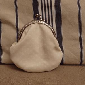 fehér pöttyös, beige kicsi tárca fémkerettel (HollyH) - Meska.hu