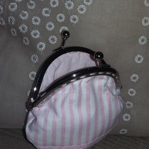 rózsaszín-fehér csíkos kicsi tárca fémkerettel (HollyH) - Meska.hu