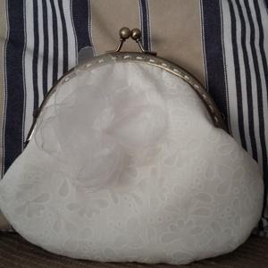 fehér mintás esküvői tárca fémkerettel, Táska, Kiegészítők, Esküvő, Varrás, Saját kézzel készített fehér mintás tárca 12 cm íves fémkerettel, közbéléssel és béléssel.\nMagassága..., Meska