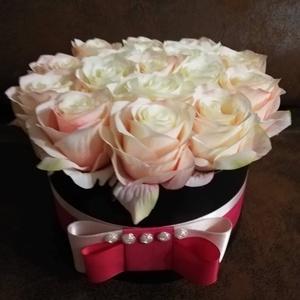 Rózsabox kishercegnőknek és nagyoknak, Dekoráció, Otthon & lakás, Esküvő, Lakberendezés, Szerelmeseknek, Ünnepi dekoráció, Mindenmás, Virágkötés, Romantikus és rendkívül elegáns kompozíció, amely 16db púder- és krémszínű selyemrózsából készült. A..., Meska