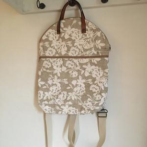 FLOR - Bőrfüles hátizsák , Táska & Tok, Hátizsák, Hátizsák, Varrás, Az FLOR sorozat, praktikus 2in1-ben táskája, teljesen kifűzhető vállpántokkal. Ha kézi táskáként hor..., Meska