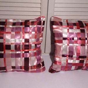 Párnák - selymes pink szatén, rózsaszín, Lakberendezés, Otthon & lakás, Lakástextil, Párna, Dekoráció, Varrás, Rózsaszínes, pinkes szaténszalagok sokaságából készült szalagszövéssel ez a finom stílusú párnak.\nMé..., Meska