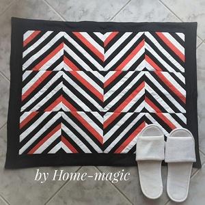 Fekete, fehér, piros fürdőszoba szőnyeg, kis szőnyeg, Szőnyeg, Lakástextil, Otthon & Lakás, Varrás, Egymással harmonizáló anyagok egyvelegéből készült ez a mutatós szőnyeg, melyet elsősorban fürdőszob..., Meska
