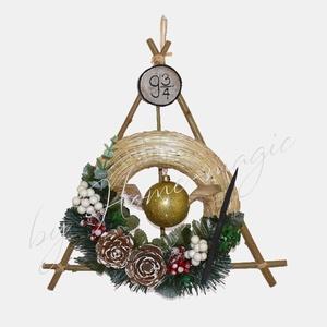 Harry Potter témájú téli / karácsonyi ajtódísz, Otthon & Lakás, Dekoráció, Ajtódísz & Kopogtató, Mindenmás, Harry Potter témájú téli / karácsonyi ajtódísz\n\nKözepén egy aranycikesz függ. Emellett egy varázspál..., Meska