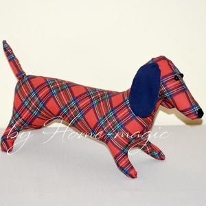 Tacskó - textil játék, Játék & Gyerek, Plüssállat & Játékfigura, Kutya, Baba-és bábkészítés, Varrás, Pihe-puha textil kutyus, mely bájos kiegészítője a lakásnak.\nPiros kockás anyagokból készült.\n\nHossz..., Meska