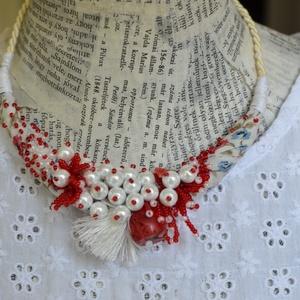 Ribizli és hóbogyó, Ékszer, Nyaklánc, Statement nyaklánc, Ékszerkészítés, Gyöngyfűzés, gyöngyhímzés, Piros és fehér színekre hangoltam a nyakláncot, bogyós megoldásokkal. Az alap egy mintás textil, mel..., Meska