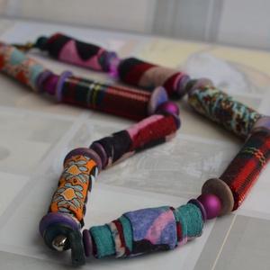 Bohém , Ékszer, Nyaklánc, Ékszerkészítés, Változatos mintázatú és színű textilből készített gyöngyökből , a végeket lezáró apró fa lapkákból é..., Meska
