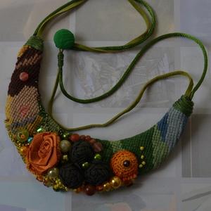Egy gobelinre hangolódva, Ékszer, Nyaklánc, Ékszerkészítés, Egy régi gobelin hímzésre kerültek a zöld-narancsos díszítőelemek: virágok, bimbók, tekla gyöngyök. ..., Meska