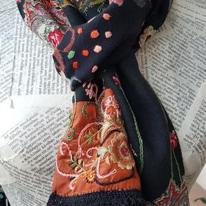 Gypsy-love, Ruha & Divat, Sál, Sapka, Kendő, Sál, Hímzés, Varrás, \nHarsány, intenzív színhangulat \nSokféle textil összevarrásával készült a sál: virágmintás, csipke, ..., Meska
