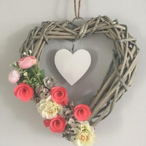 Szív alakú ajtódísz, kopogtató, Otthon & lakás, Dekoráció, Lakberendezés, Ajtódísz, kopogtató, Virágkötés, Szív alakú ajtódísz, kopogtató\nMérete: Magassága 27 cm és a szélessége 24 cm. Vessző alapon virágokk..., Meska