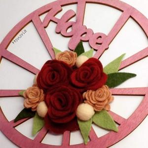 Hope- filc rózsákkal, Otthon & lakás, Dekoráció, Lakberendezés, Ajtódísz, kopogtató, Csodaszép gyapjúfilc virágokkal díszített ajtódísz.  A virágok kézzel készültek, saját tervek alapjá..., Meska