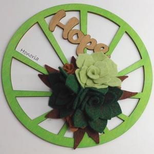 Hope- filc pozsgásokkal-AJTÓDÍSZ, Otthon & lakás, Dekoráció, Lakberendezés, Ajtódísz, kopogtató, Csodaszép gyapjúfilc virágokkal díszített ajtódísz.  A virágok kézzel készültek, saját tervek alapjá..., Meska