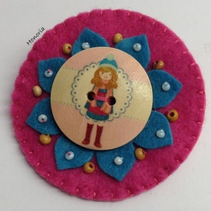 Csajos-Kitűző (pink), Ékszer, Kitűző, bross, Gyapjúfilcből készült  kitűző . Kézzel készült, fa gyöngyökkel, hímzéssel díszített. Fa gomb felhasz..., Meska
