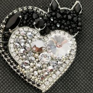 Cicás szív ❤️, Kitűző, Kitűző & Bross, Ékszer, Gyöngyfűzés, gyöngyhímzés, Átmérők: ⬆️➡️6cm\nGyöngyhímzéssel készült ezüst szívecske, melyre fekete cica fonódik... \nSwarovski r..., Meska