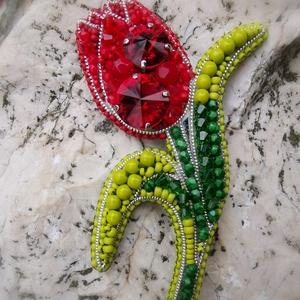 Tulipán bross, Kitűző, Kitűző & Bross, Ékszer, Gyöngyfűzés, gyöngyhímzés, Gyöngyhímzéssel készült tulipán bross!\nNőnapra vagy csak tavaszváró ajándéknak virág helyett ideális..., Meska