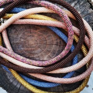 Pwat technikával készült nyaklánc, Párhuzamos nyaklánc, Nyaklánc, Ékszer, Ékszerkészítés, Gyöngyfűzés, gyöngyhímzés, Ezeket a nyakláncokat pwat technikával készítettem. A gyöngyök egyesével vannak felfűzve..\nJapán miy..., Meska