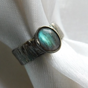 Labradorit gyűrű, Szoliter gyűrű, Gyűrű, Ékszer, Ékszerkészítés, Fémmegmunkálás, Saját tervezésű egyedi kézműves alkotás.\n\nA gyűrű Tiffany technikával készült labradorit, réz és ólo..., Meska