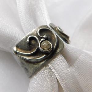 Turmalin gyűrű, Ékszer, Gyűrű, Szoliter gyűrű, Ékszerkészítés, Fémmegmunkálás, Saját tervezésű egyedi kézműves alkotás.\n\nA gyűrű Tiffany technikával készült  turmalin és ólommente..., Meska