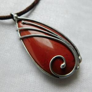 Vörös jáspis medál , Ékszer, Nyaklánc, Medálos nyaklánc, Ékszerkészítés, Fémmegmunkálás, Saját tervezésű egyedi kézműves alkotás.\n\nA medál Tiffany technikával készült vörös jáspis és ólomme..., Meska