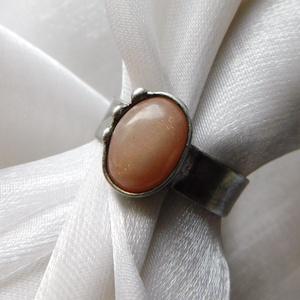 Holdkő gyűrű, Ékszer, Gyűrű, Szoliter gyűrű, Ékszerkészítés, Fémmegmunkálás, Saját tervezésű egyedi kézműves alkotás.\n\nA gyűrű Tiffany technikával készült holdkő,réz és ólomment..., Meska