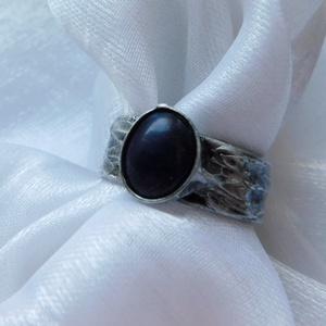 Szodalit gyűrű, Ékszer, Gyűrű, Szoliter gyűrű, Ékszerkészítés, Fémmegmunkálás, Saját tervezésű egyedi kézműves alkotás.\n\nA gyűrű Tiffany technikával készült szodalit, réz és ólomm..., Meska