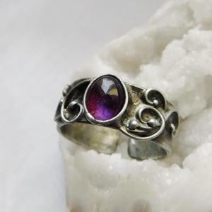Ametiszt gyűrű, Ékszer, Gyűrű, Szoliter gyűrű, Ékszerkészítés, Fémmegmunkálás, Saját tervezésű egyedi kézműves alkotás.\n\nA gyűrű Tiffany technikával készült ametiszt (AA minőség),..., Meska