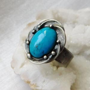 Türkiz gyűrű, Ékszer, Gyűrű, Szoliter gyűrű, Ékszerkészítés, Fémmegmunkálás, Saját tervezésű egyedi kézműves alkotás.\n\nA gyűrű Tiffany technikával készült valódi türkiz, réz és ..., Meska