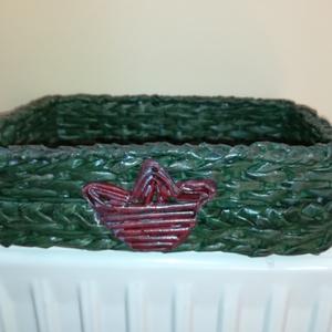 Tulipános dobozka, papírfonás, zöld , Otthon & lakás, Dekoráció, Lakberendezés, Asztaldísz, Tárolóeszköz, Festett tárgyak, Fonás (csuhé, gyékény, stb.), Papírfonás technikával készítettem ezt a nagyon szép zöld színű tulipános dobozkát.\nApróságok tárolá..., Meska