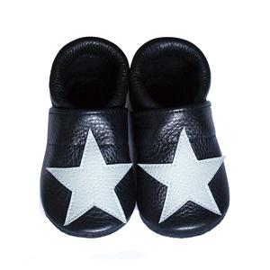 Hopphopp puhatalpú babacipő - Csillagos/világsszürke, Babacipő, Babaruha & Gyerekruha, Ruha & Divat, Varrás, A cipők természetes, puha, minőségi bőrből készülnek, melyek ideálisak a járni tanuló babáknak, vagy..., Meska
