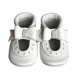 Bőr puhatalpú szandál - Nagy masnis - Fehér/Alkalmi, Gyerek & játék, Táska, Divat & Szépség, Cipő, papucs, Varrás, Teljesen bőr babacipő, mely ideális a járni tanuló babáknak, vagy nagyobb gyermekeknek.\n\n15-26-os mé..., Meska
