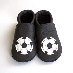 Hopphopp puhatalpú cipő - Focis / Fekete, Gyerek & játék, Táska, Divat & Szépség, Gyerekruha, Ruha, divat, Baba (0-1év), Varrás, A cipők természetes, puha, minőségi bőrből készülnek, melyek ideálisak a járni tanuló babáknak, vagy..., Meska