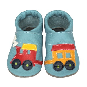 Hopphopp puhatalpú cipő - Vonatos/világoskék, Gyerek & játék, Táska, Divat & Szépség, Cipő, papucs, Gyerekruha, Ruha, divat, Bőrművesség, Varrás, A cipők természetes, puha, minőségi bőrből készülnek, melyek ideálisak a járni tanuló babáknak, vagy..., Meska