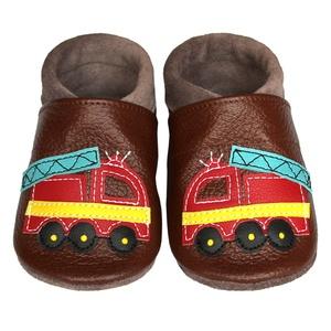 Hopphopp puhatalpú cipő - Tűzoltóautó/barna, Táska, Divat & Szépség, Cipő, papucs, Ruha, divat, Gyerekruha, Gyerek (1-10 év), Baba (0-1év), Bőrművesség, Varrás, A cipők természetes, puha, minőségi bőrből készülnek, melyek ideálisak a járni tanuló babáknak, vagy..., Meska