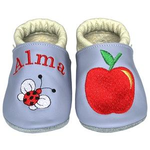 Új! Hopphopp puhatalpú cipő - Hímzett/alma, Babacipő, Babaruha & Gyerekruha, Ruha & Divat, Hímzés, Varrás, Varázsold emlékké gyermeked cipőjét! :) \n\nA puhatalpú bőrcipőket egyedi, névre szóló hímzéssel lehet..., Meska