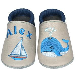 Új! Hopphopp puhatalpú cipő - Hímzett/bálna, Babacipő, Babaruha & Gyerekruha, Ruha & Divat, Hímzés, Varrás, Varázsold emlékké gyermeked cipőjét! :) \n\nA puhatalpú bőrcipőket egyedi, névre szóló hímzéssel lehet..., Meska