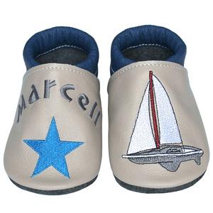 Új! Hopphopp puhatalpú cipő - Hímzett/vitorlás, Babacipő, Babaruha & Gyerekruha, Ruha & Divat, Hímzés, Varrás, Varázsold emlékké gyermeked cipőjét! :) \n\nA puhatalpú bőrcipőket egyedi, névre szóló hímzéssel lehet..., Meska