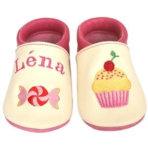 Új! Hopphopp puhatalpú cipő - Hímzett - muffin/cukorka, Babacipő, Babaruha & Gyerekruha, Ruha & Divat, Hímzés, Varrás, Varázsold emlékké gyermeked cipőjét! :) \n\nA puhatalpú bőrcipőket egyedi, névre szóló hímzéssel lehet..., Meska