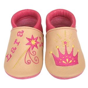 Új! Hopphopp puhatalpú cipő - Hímzett - korona/varázspálca, Babacipő, Babaruha & Gyerekruha, Ruha & Divat, Hímzés, Varrás, Varázsold emlékké gyermeked cipőjét! :) \n\nA puhatalpú bőrcipőket egyedi, névre szóló hímzéssel lehet..., Meska