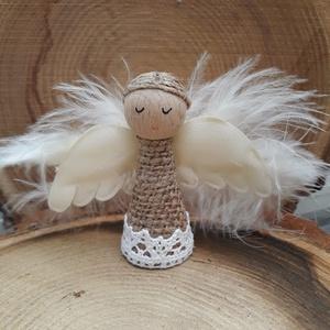 Angyalka- fából és zsákvászonból- toll szárnyakkal, Otthon & Lakás, Karácsony & Mikulás, Adventi koszorú, Baba-és bábkészítés, A fából készült kis figurát  zsákvászon ruhába öltöztettem, gyönggyel és csipkével díszítettem. Kis ..., Meska