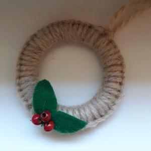 Karácsonyi karika - karácsonyi dekoráció, Otthon & Lakás, Karácsony & Mikulás, Karácsonyfadísz, Csomózás, Karácsonyi dekorációhoz ajánlom vagy ajándékkísérőnek is  kedves lehet ez a két kis makramé techniká..., Meska
