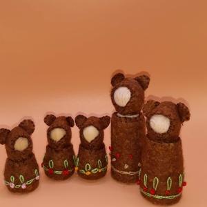 Maci család -  waldorf inspiráció, Játék & Gyerek, Varrás, Baba-és bábkészítés, A maci család alapja kis fa figura. Barna gyapjúfilc bundácskát varrtam nekik és hímzéssel diszített..., Meska